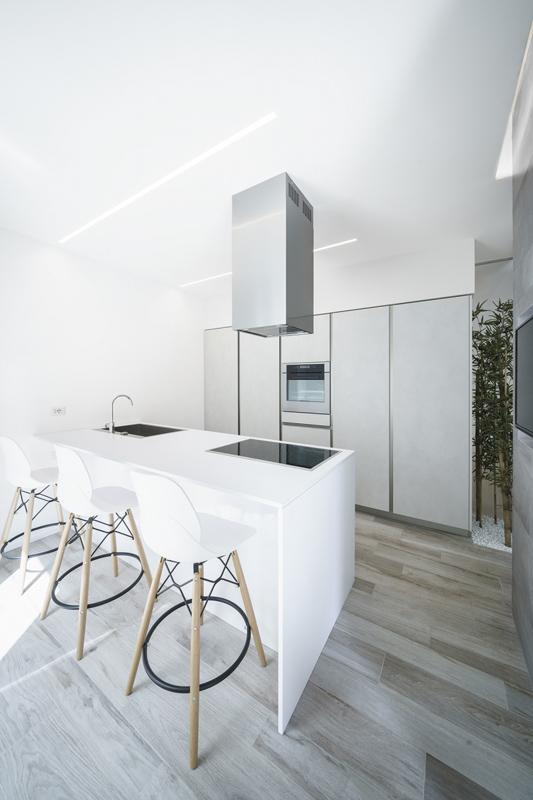 Floor: Soleras White 20x80.