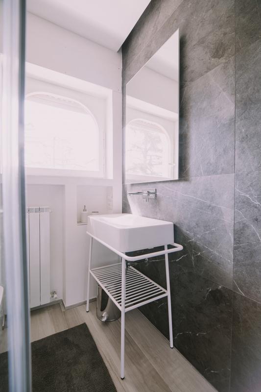 Floor: Soleras Bianco 20X170. Wall Dx: Sensi Pietra Grey Sablè 60x120. Wall Sx: Sensi Arebesque Silver Mos. Chevron 30X30.