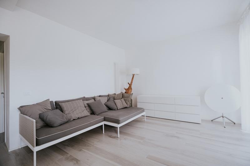 Floor: Soleras Bianco 20x170.